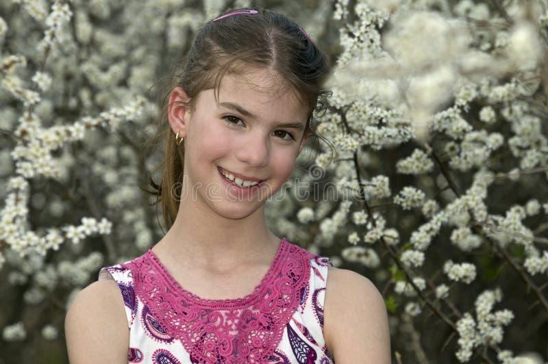 Het Meisje Met Witte Bloemen Kijkt Schuw Royalty-vrije Stock Foto's