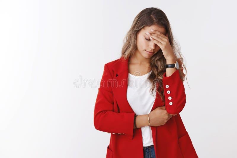 Het meisje miste gelukkige kans betreurend makend facepalm gebaar, houdend handvoorhoofd kijk onderaan sombere verstoord, droevig stock afbeeldingen