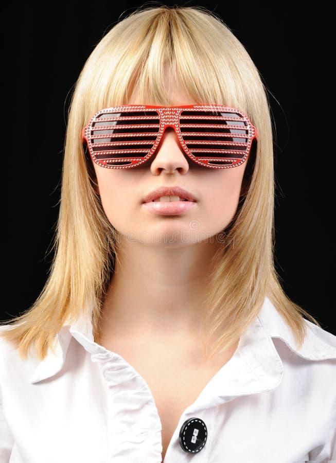 Het meisje in modieuze zonnebril - jaloezie stock fotografie