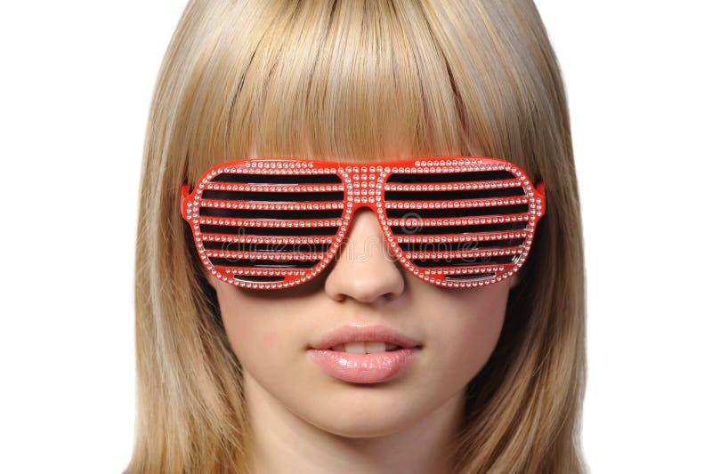 Het meisje in modieuze zonnebril - jaloezie stock afbeelding