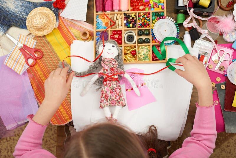 Het meisje naait poppenkleren, hoogste mening, het naaien toebehoren hoogste mening, naaisterswerkplaats, velen voorwerp voor han royalty-vrije stock afbeeldingen