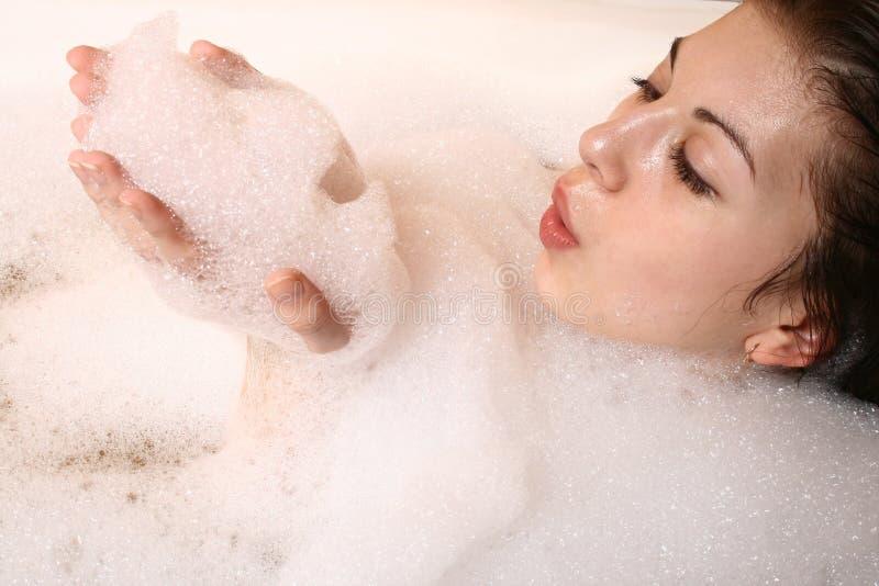 Het meisje neemt een bad. royalty-vrije stock afbeeldingen