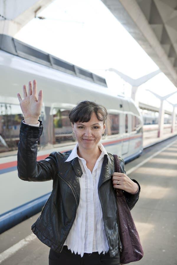 Het meisje neemt een trein royalty-vrije stock afbeelding