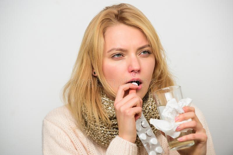 Het meisje neemt geneeskunde drinkt water Hoofdpijn en koude remedies De vrouw verfomfaaide blaar van de greeptabletten van de ha stock foto