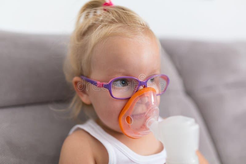 Het meisje neemt inhalatietherapie royalty-vrije stock foto