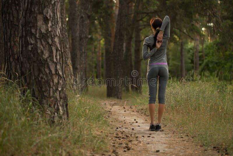 Het meisje neemt sporten in aard op royalty-vrije stock afbeelding