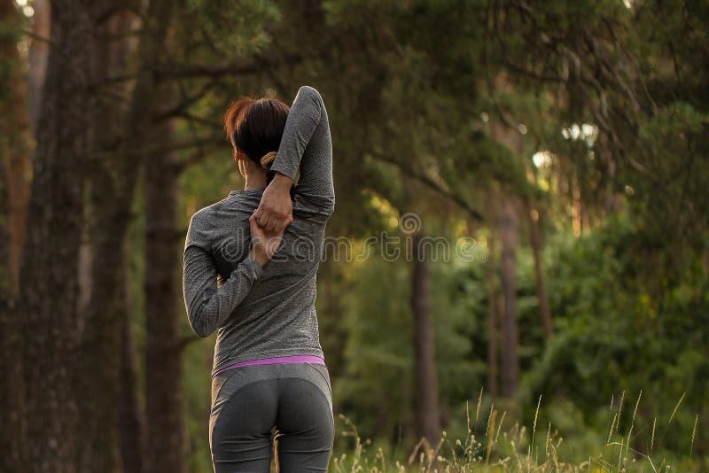 Het meisje neemt sporten in aard op royalty-vrije stock foto