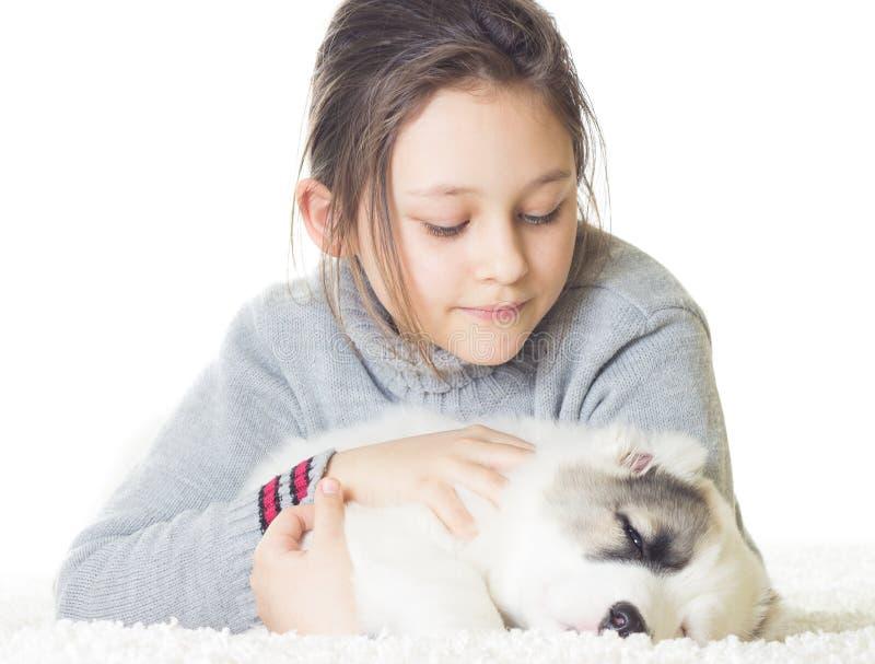 Het meisje omhelst teder een puppy royalty-vrije stock foto