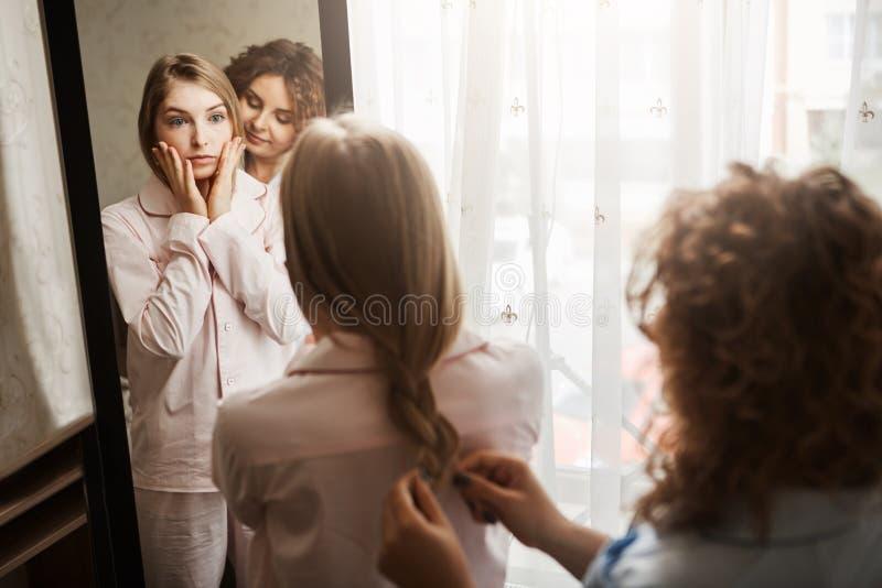 Het meisje is ongerust gemaakt over verschijning, hebben vermoeidd gezicht in ochtend na ontwaken Twee mooie Kaukasische vrouwen  royalty-vrije stock fotografie