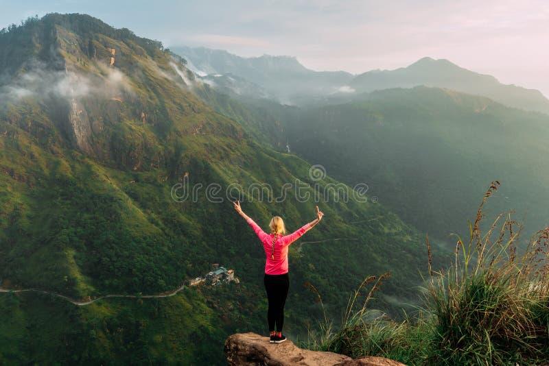 Het meisje ontmoet zonsopgang in de bergen Meisje die naar Sri Lanka reizen Bergsporten Gelukkige de atleet eindigt Het toerisme  stock fotografie