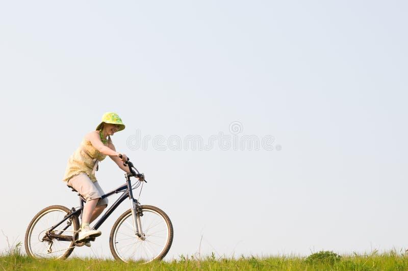 Het meisje ontspant het biking royalty-vrije stock foto's