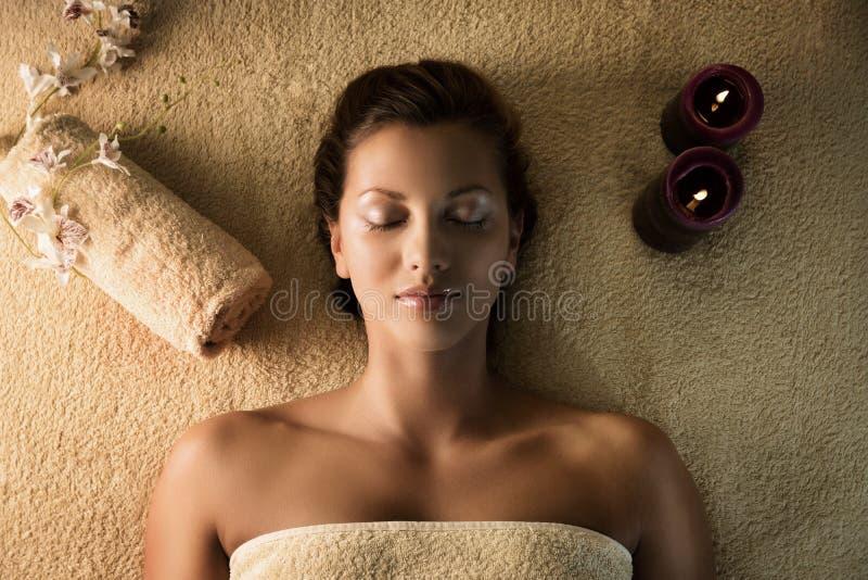 Het meisje ontspant in het kuuroord royalty-vrije stock afbeelding