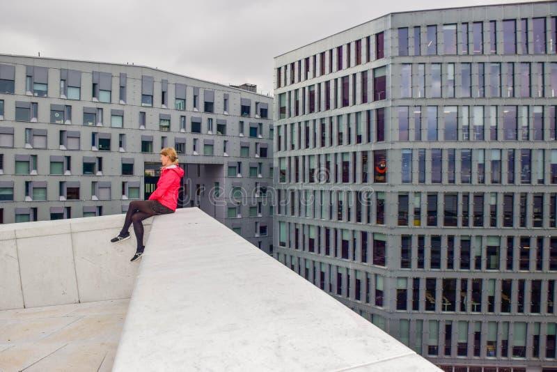 Het meisje op het dak van Oslo Opera House stock foto