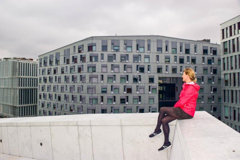 Het meisje op het dak van Oslo Opera House stock afbeelding