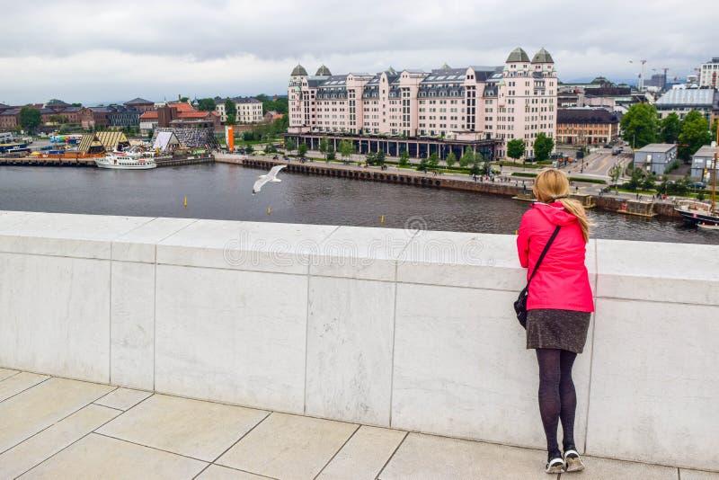 Het meisje op het dak van Oslo Opera House Noorwegen stock foto