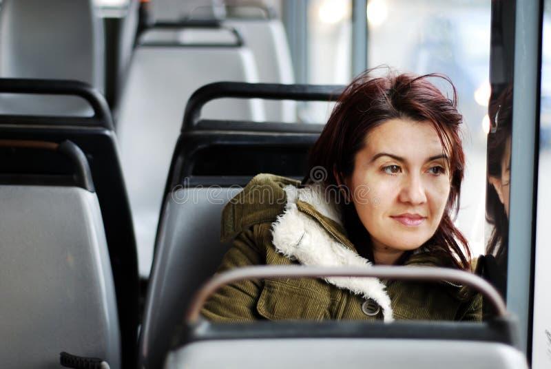 Het meisje op de bus stock afbeeldingen