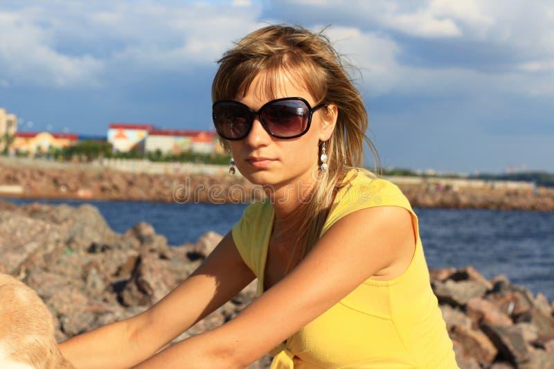 Het meisje op de rotsen. royalty-vrije stock afbeeldingen