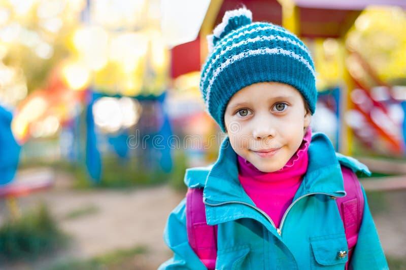 Het meisje op de speelplaats stock afbeeldingen