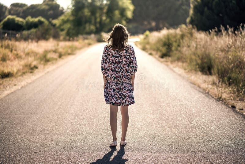 Het meisje op de weg royalty-vrije stock afbeeldingen
