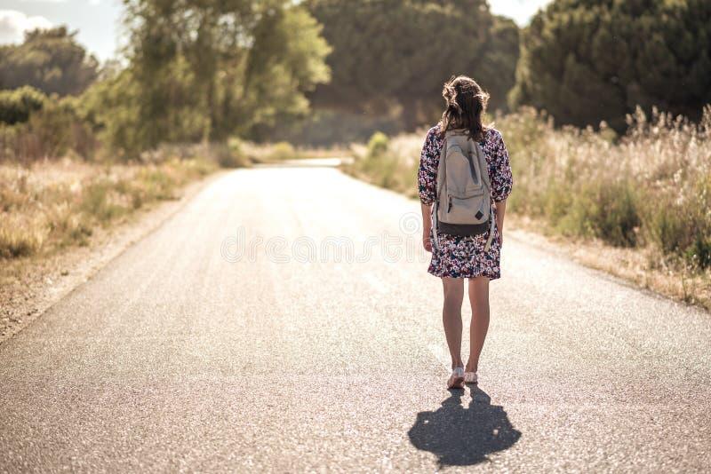 Het meisje op de weg stock foto