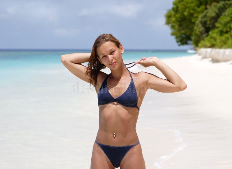 Het meisje op een strand stock afbeeldingen