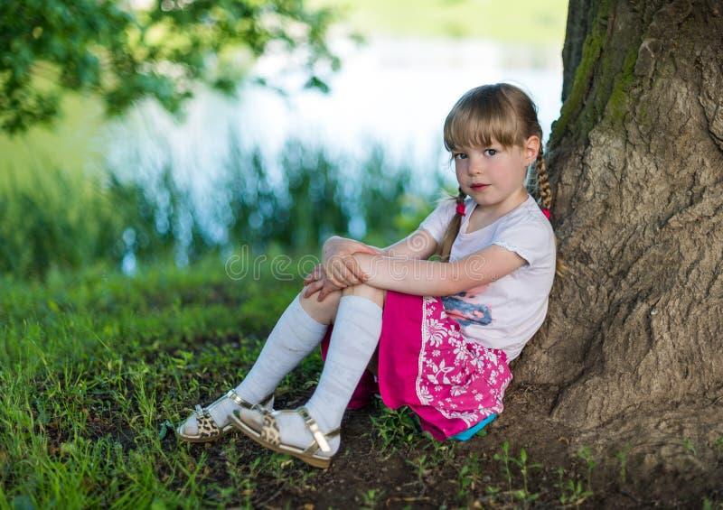 Het meisje op het meer royalty-vrije stock foto