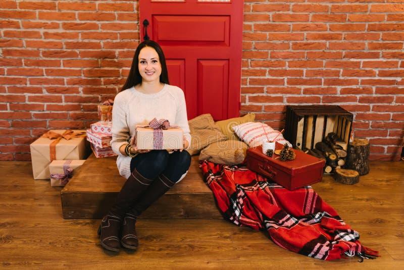 Het meisje opent een gift stock foto