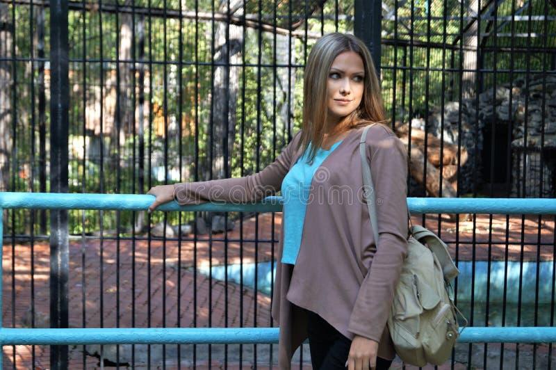Het meisje in het Park royalty-vrije stock afbeeldingen