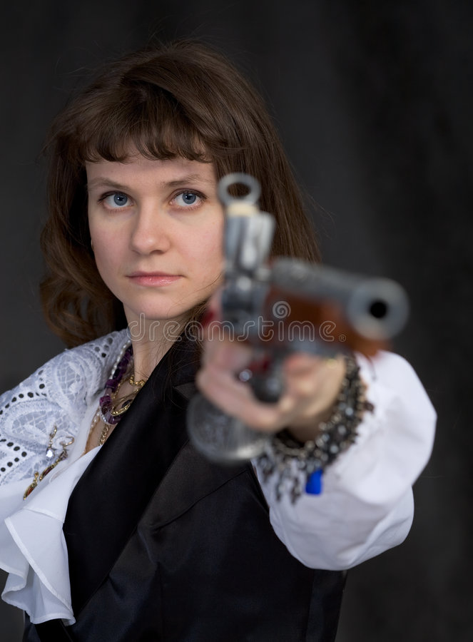 Het meisje - plagiër met oud in hand pistool royalty-vrije stock foto's