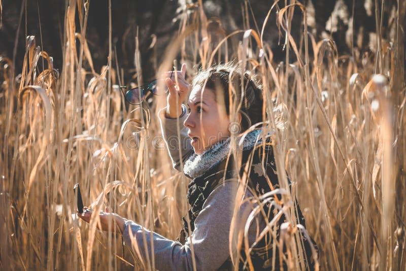 Het meisje probeert om het noorden met kompas te vinden royalty-vrije stock fotografie