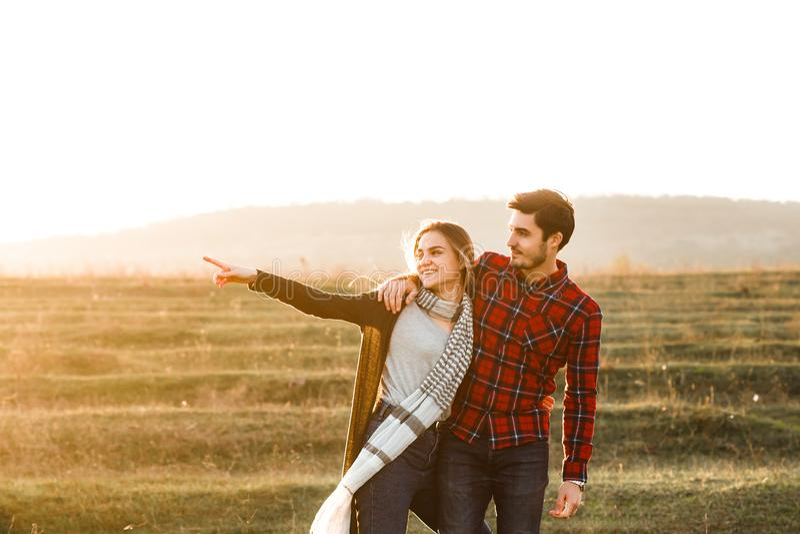Het meisje richt in de afstand aan haar vriend stock foto