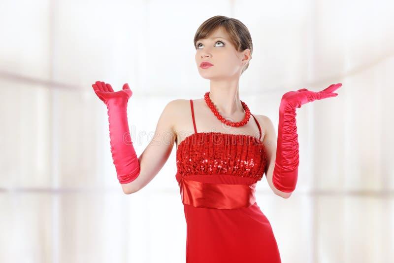 Het meisje in rode handschoenen hief hun handen op. stock foto's