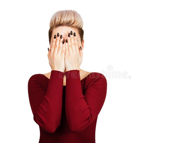 Het meisje in rode kleding sluit ogen Ge?soleerdj op witte achtergrond stock afbeelding