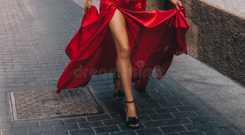 Het meisje in het rood Lange, slanke benen royalty-vrije stock afbeeldingen