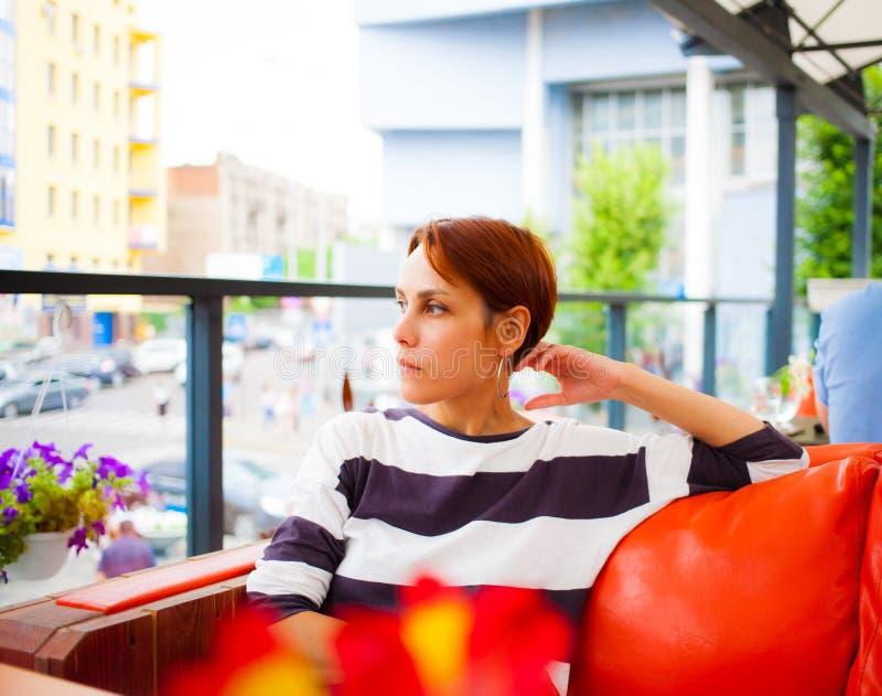 Het meisje rust in een koffie stock fotografie