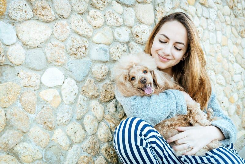 Het meisje rust in openlucht met een hond op stock fotografie