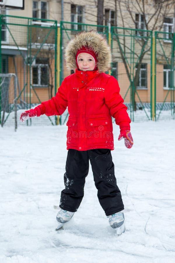 Het meisje schaatst in stadswerf stock afbeeldingen
