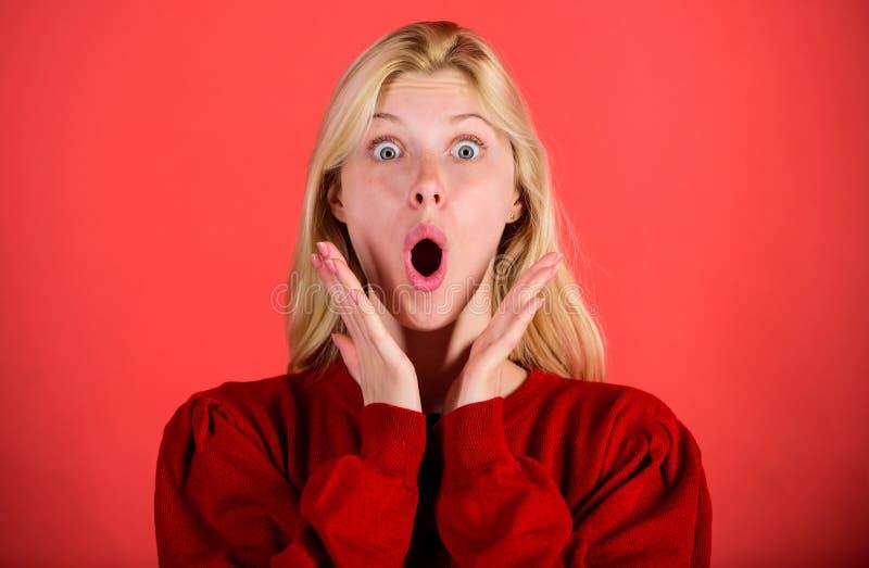 Het meisje schokte overweldigd door verrassing De verraste vrouw schuint gelooft haar ogen af Kerstmis komt spoedig Gebrek aan ti stock foto