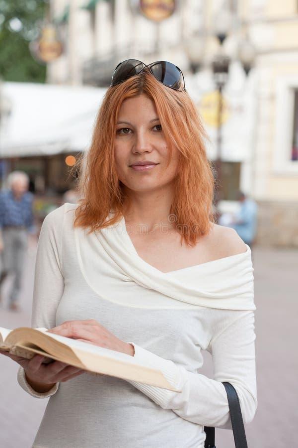 Het meisje selecteert het boek royalty-vrije stock foto