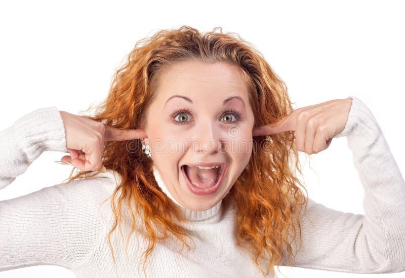 Het meisje sluit haar oren door handen royalty-vrije stock afbeelding