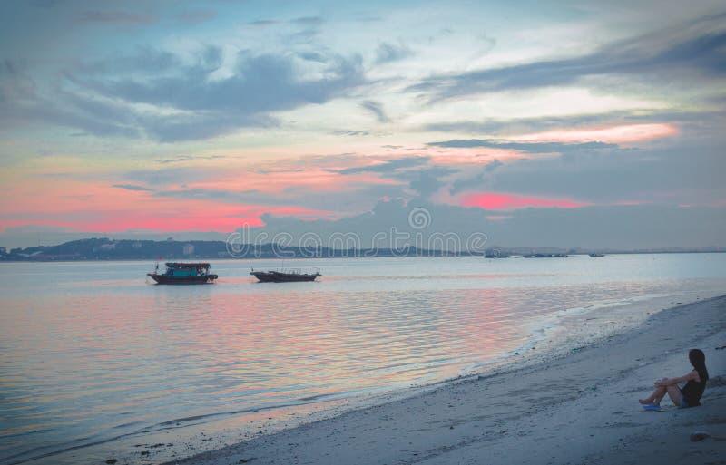 Het meisje is smoorverliefd vóór zonsondergang in de Lange Baai van Ha stock afbeeldingen