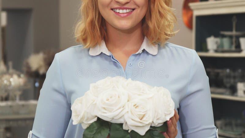 Het meisje snuift bloemen royalty-vrije stock foto