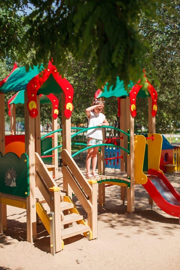 Het meisje speelt bij speelplaats royalty-vrije stock afbeeldingen