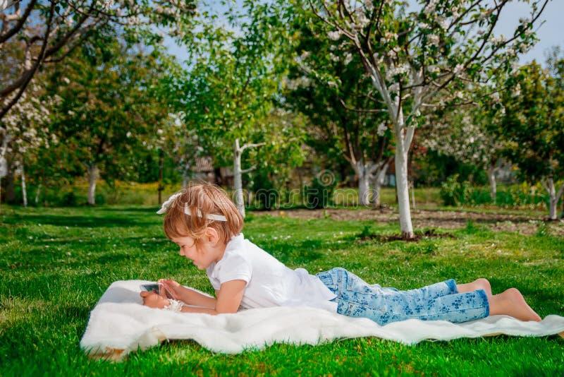 Het meisje speelt een spel op tablet stock afbeelding