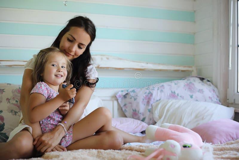 Het meisje speelt met een grote rode kat in het land in Rusland Beeld met selectieve nadruk stock afbeelding