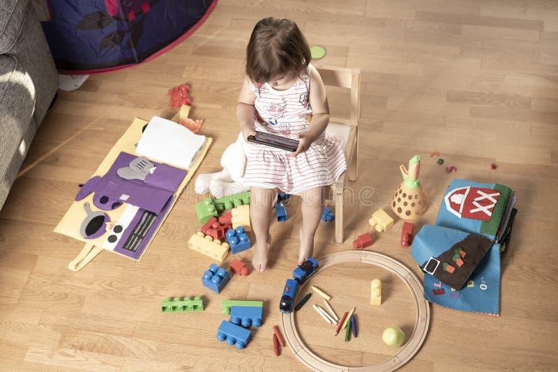 Het meisje speelt Mobiele Telefoon Het Meisje wordt vastgehaakt aan de Mobiele Telefoon Hij speelt niet met speelgoed De mobiele  royalty-vrije stock afbeelding