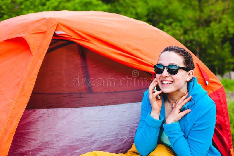 Het meisje spreekt op de telefoon royalty-vrije stock afbeeldingen
