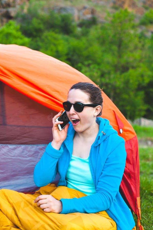 Het meisje spreekt op de telefoon stock foto's