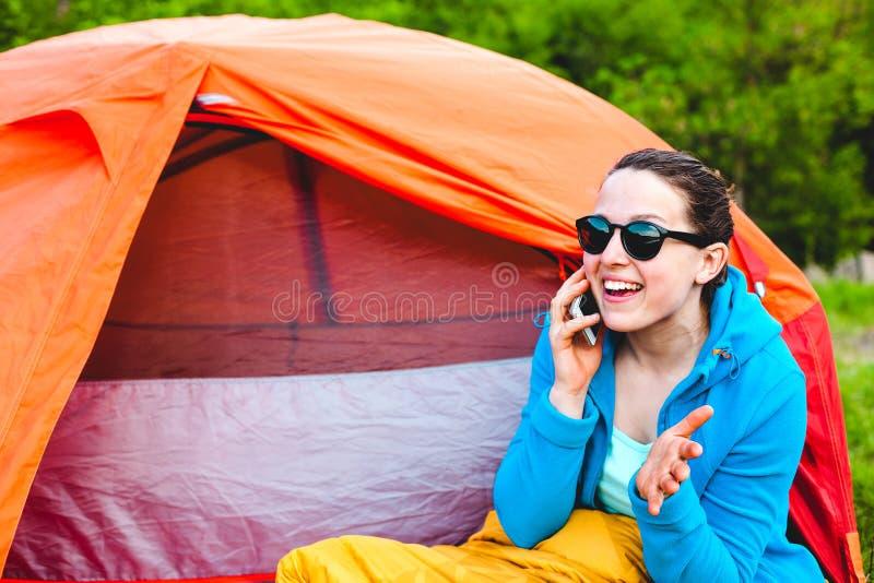 Het meisje spreekt op de telefoon stock fotografie
