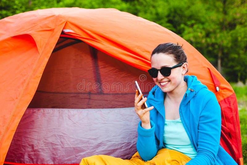Het meisje spreekt op de telefoon stock foto
